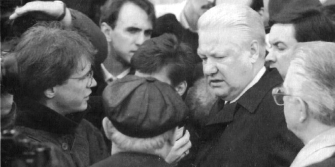 Thomas Ginsberg with fellow reporters questions Boris Yeltsin.
