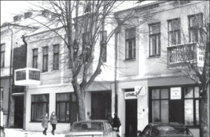 The former Nachlas Izrail Synagogue was converted to commercial use during soviet times and now houses the offices of the jewish community of Kaunas.