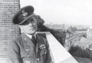 Marcinkus in Great Britain. He is wearing the Plieno Sparnai (Steel Wings) decoration on his RAF uniform.