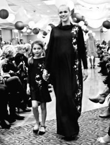 Milados Kunevičienės rūbai besilaukiančiai ir dukrelei. Elegantiškai suknelė demonstravo modelis Ieva.