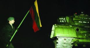 Sausio 13-oji: Žmogus su vėliava šalia tarybinio tanko  (kam.lt nuotr.)
