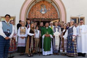 Arkivyskupas Alexander Salazar ir parapijiečiai.