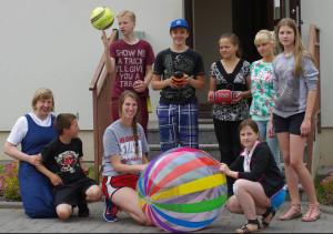 Seselė Onutė Petraiškaitė ir savanorė Marija Čyvaitė su vaikais iš Šv. Kryžiaus namų.