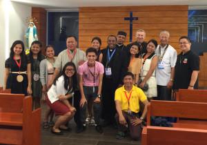 Kelių šalių vyskupai su vietos savanoriais.