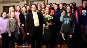 Rūta Šepetys ir konsulas Marijus Gudynas su Maironio mokyklos mokiniais.