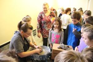 Keramikę Daivą Algorovapsupo susidomėję vaikai.