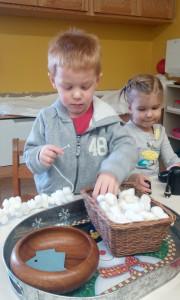 Vaikučiai Montessori mokykloje.