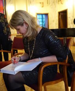 I. Jakubavičienė dalina autografus.