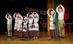 """Lituanistinės """"Atžalyno"""" mokyklos auklėtiniai."""