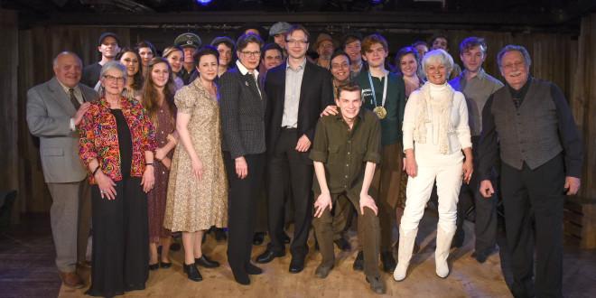 Pirmoje eilėje viduryje – ambasadoriai Anne E. Derse ir Rolandas Kriščiūnas, antra iš dešinės - dramaturgė Irene Ziegler.