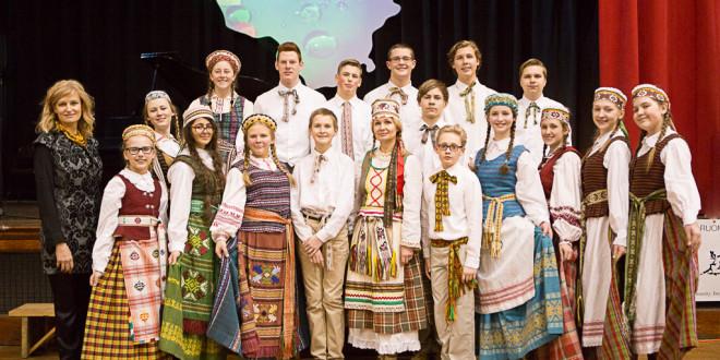 """Dr. V. Kudirkos lit. mokyklos jaunių šokių grupė ,,Varpelis"""" su šokių mokytojomis."""