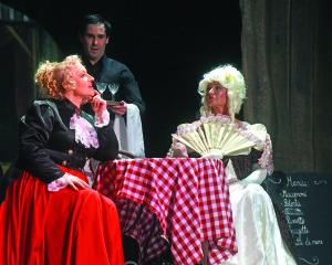 Nida Grigalavičiūtė (Elisa), Dalia Žarskienė (grafienė De Laplace) ir Linas Umbrasas (šeimininkas).