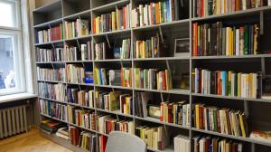 Bibliotekoje – gausu knygų ir periodikos leidinių.