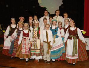 """Dr. V. Kudirkos lit. mokyklos jaunių šokių grupė """"Varpelis"""" su vadove Zita Poderis viduryje."""