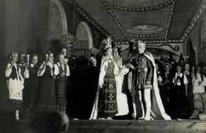 """Trylikmetė Aldona vaidina Eglę savo tėvo mokytojo Benedikto Butkaus režisuotame spektaklyje """"Eglė – žalčių karalienė""""."""