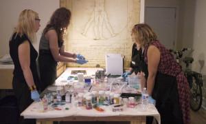 Stiklo gamybos vakarėlio pradžia. Evelina demonstruoja kaip apdirbamas stiklas.