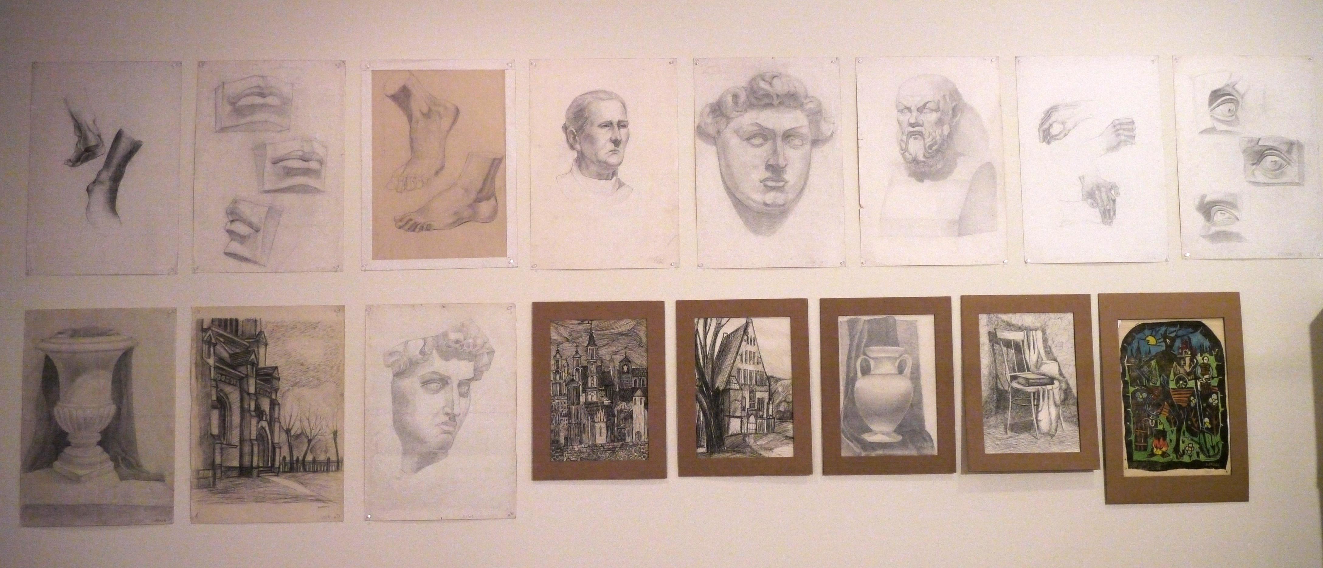 Studiją puošiantys Evelinos bei jos tėčio, Alfredo Sutkaus, piešiniai.