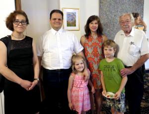 Lietuvos generalinis konsulas Čikagoje Marijus Gudynas su šeima (v.), Agnė Marcinkevičiūtė (k.) ir Stanley Balzekas, JR (d.).