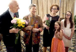 Dainininkas Arnoldas Voketaitis su žmona Nijole ir filmo režisierė Agnė Marcinkevičiūtė su dukromis.