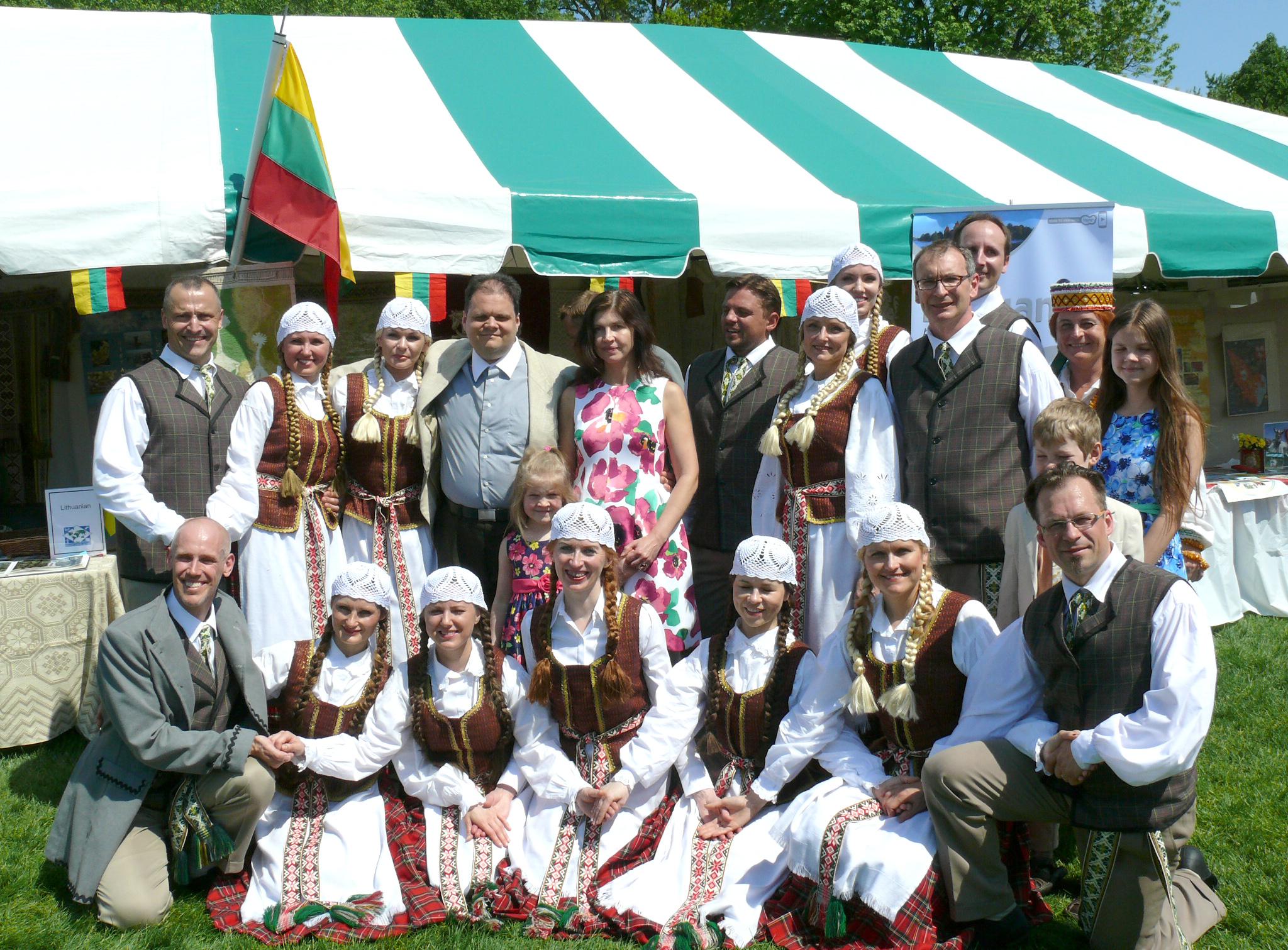 Linksmasis Laumės šokių kolektyvas nusifotografavo su konsulo Marijaus Gudyno šeima