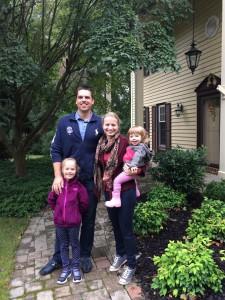 Jovita prie savo namų su vyru Mariumi, dukrelėmis Eva Kotryna (7 m.) ir Nora Maria (2 m.).