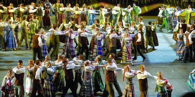Spalvinga šokių raštų pynė džiugino žiūrovus.