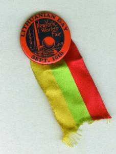 """1939 m. rugsėjo 10-osios – ,,Lietuvių dienos"""" Pasaulinėje parodoje New Yorke suvenyrinis ženklelis."""