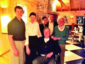 """Restorane """"Grissini"""" su JAV prezidentu George W. Bush ir jo žmona Barbara po vakarienės."""