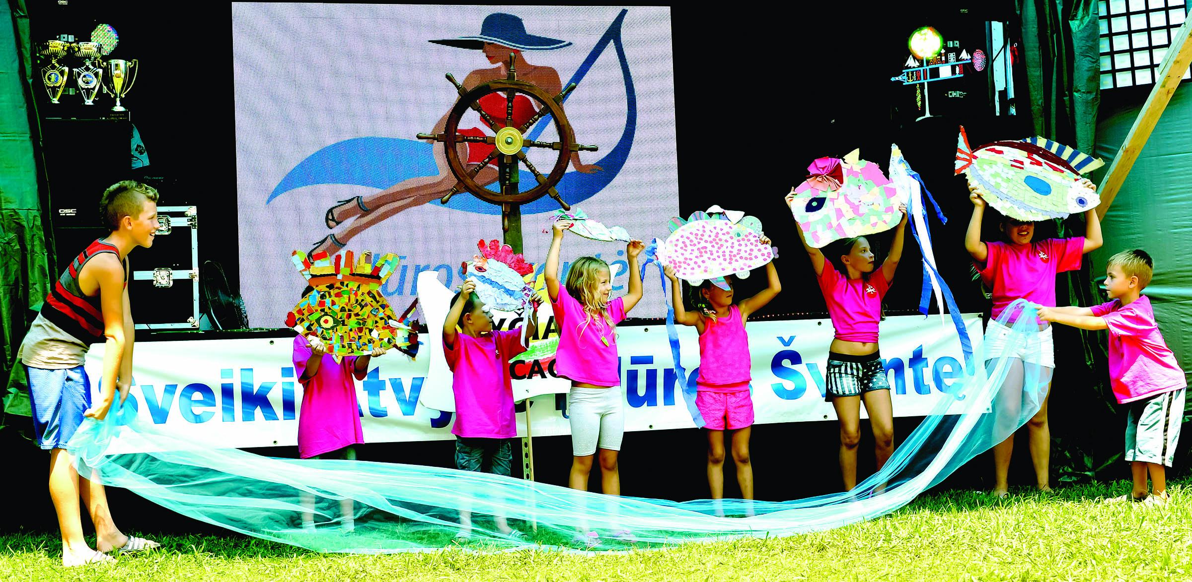 Vaidinimą apie jūroje nardančias žuvytes parengė vaikai.