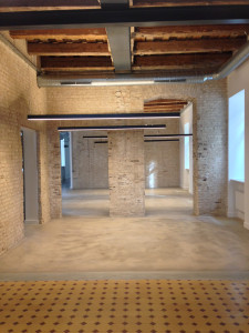 Pastatuose išlikusios originalios XIX a. lubos derinamos su naujausiais A+ ofiso klasės šviestuvais.