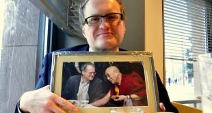 Leonidas Donskis susitikimą su Dalai Lama įamžino nuotraukoje.