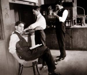 Radziukynas (sėdi) smilkalų laboratorijoje, Čikaga 1923 m.