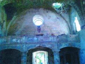 Bažnyčios greta Chervonhorodo pilies griuvėsių vidus.