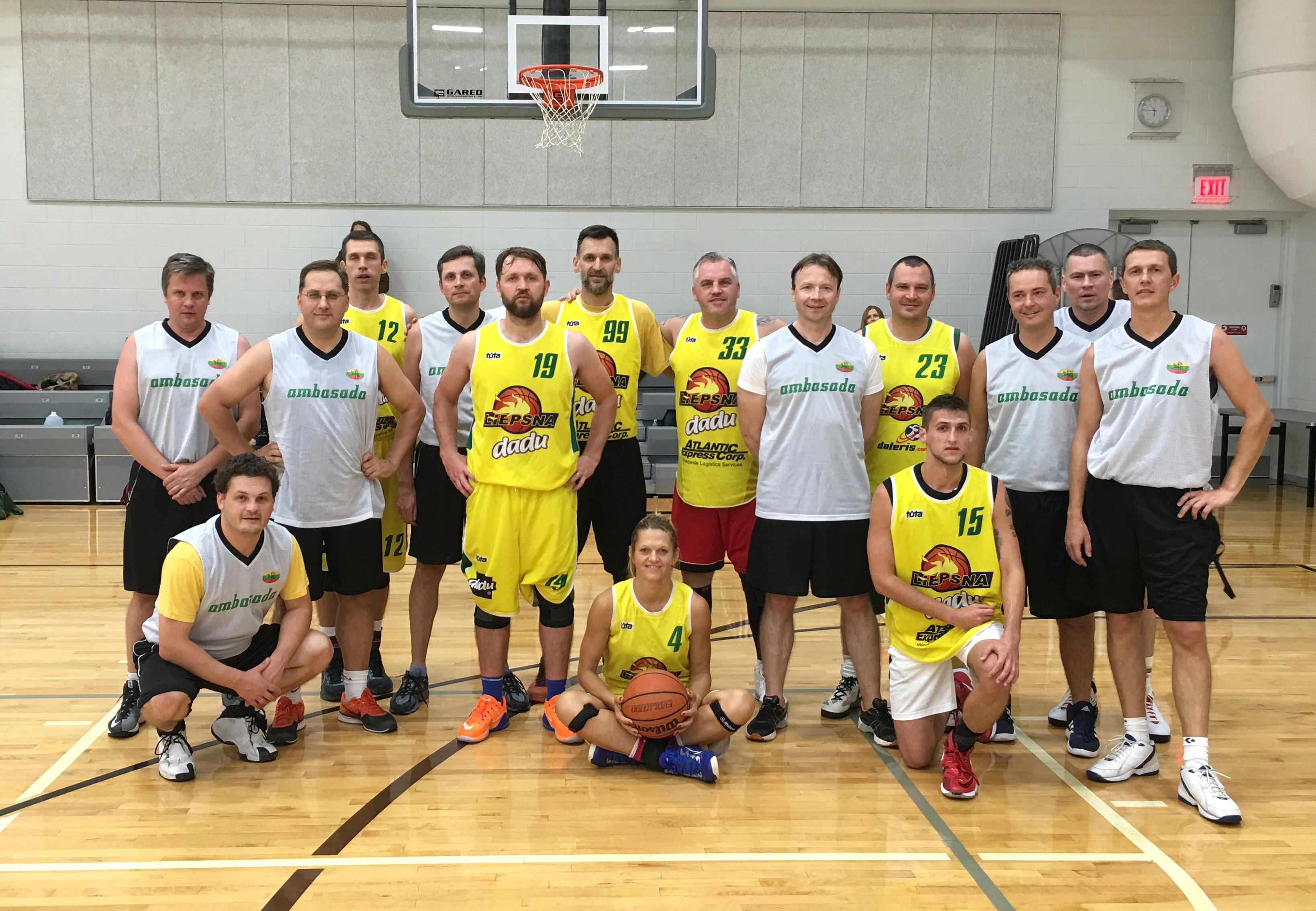 """LR ambasados komanda ir NJ ,,Liepsnos"""" krepšininkai."""