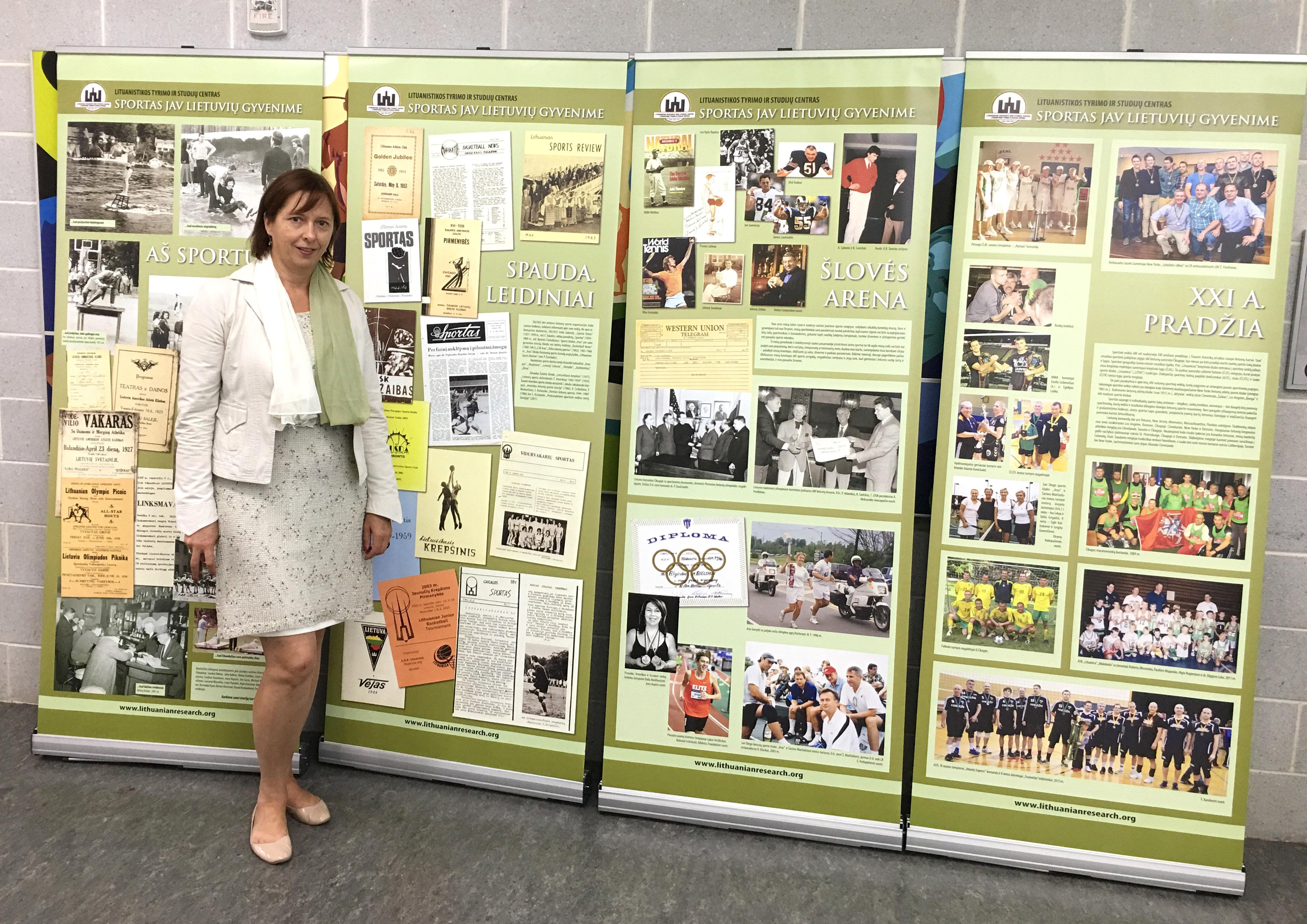 Loreta Timukienė prie Lituanistikos tyrimų ir studijų centro paruoštos parodos stendų.