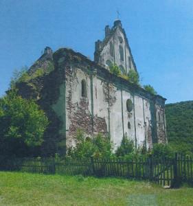 Bažnyčios griuvėsiai greta Chervonhorodo pilies.