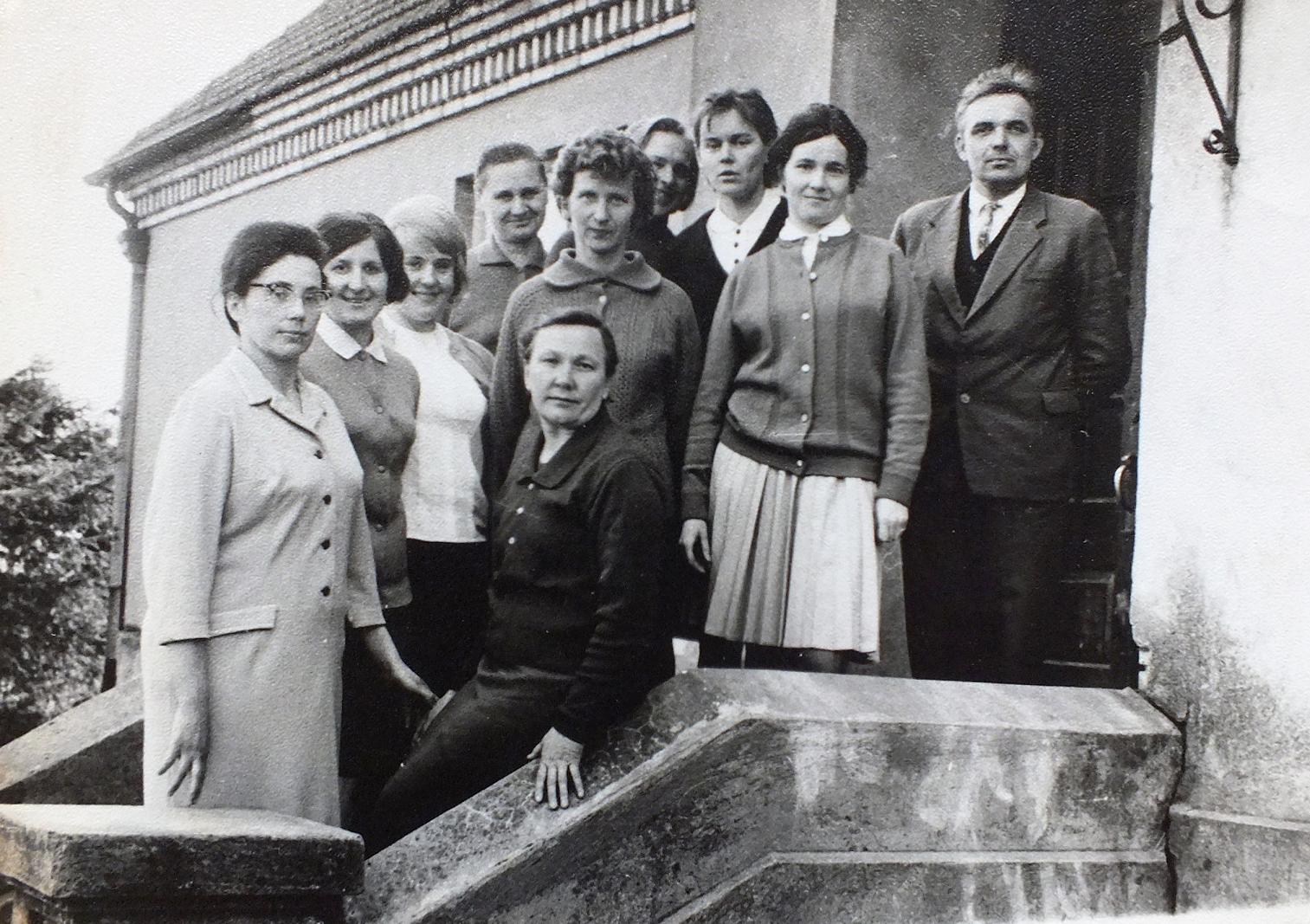 Kurnėnų mokytojai 1968 m. prie mokyklos. Antra iš dešinės – Aldona Miliuvienė.