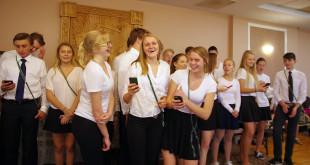 Moksleiviai ateitininkai praveda dainavimą.