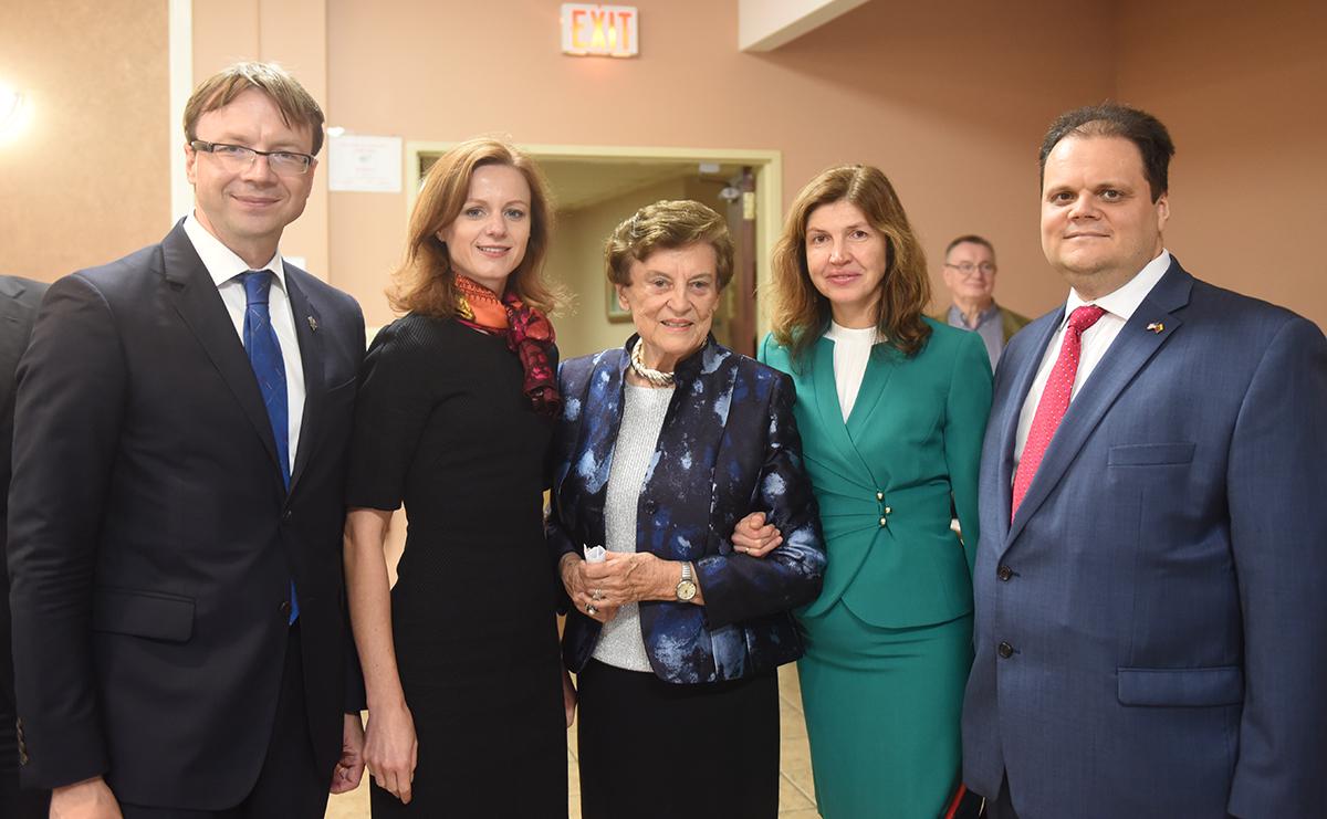 Iš k.: LR ambasadorius Rolandas Kriščiūnas, Živilė Kriščiūnienė, Draugo fondo pirmininkė Marija Remienė, Gintarija Gudynienė ir LR generalinis konsulas Čikagoje Marijus Gudynas.