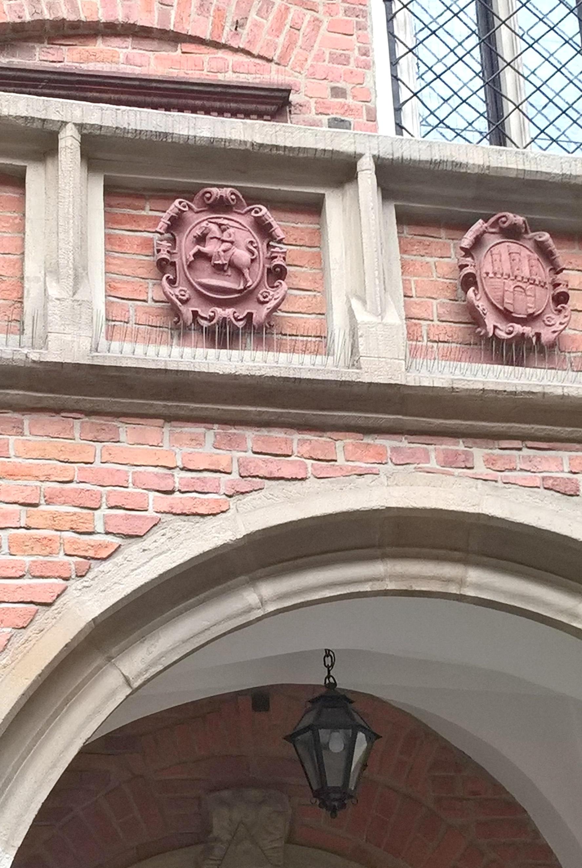 Vyčio herbas, puošiantis Jogailaičių universiteto pastato frontoną.