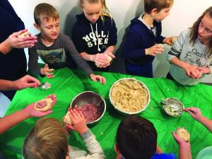 Vaikai turi progą išmokti gaminti lietuviškus cepelinus, kuriais patys noriai vaišinasi.