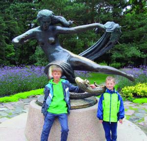 """Jaunieji sūnūs Tautvydas ir Vaigintas Palangoje prie skulptūros """"Eglė žalčių karalienė""""."""
