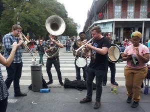 Senamiestyje gatvės muzika skamba kone kiekviename žingsnyje.