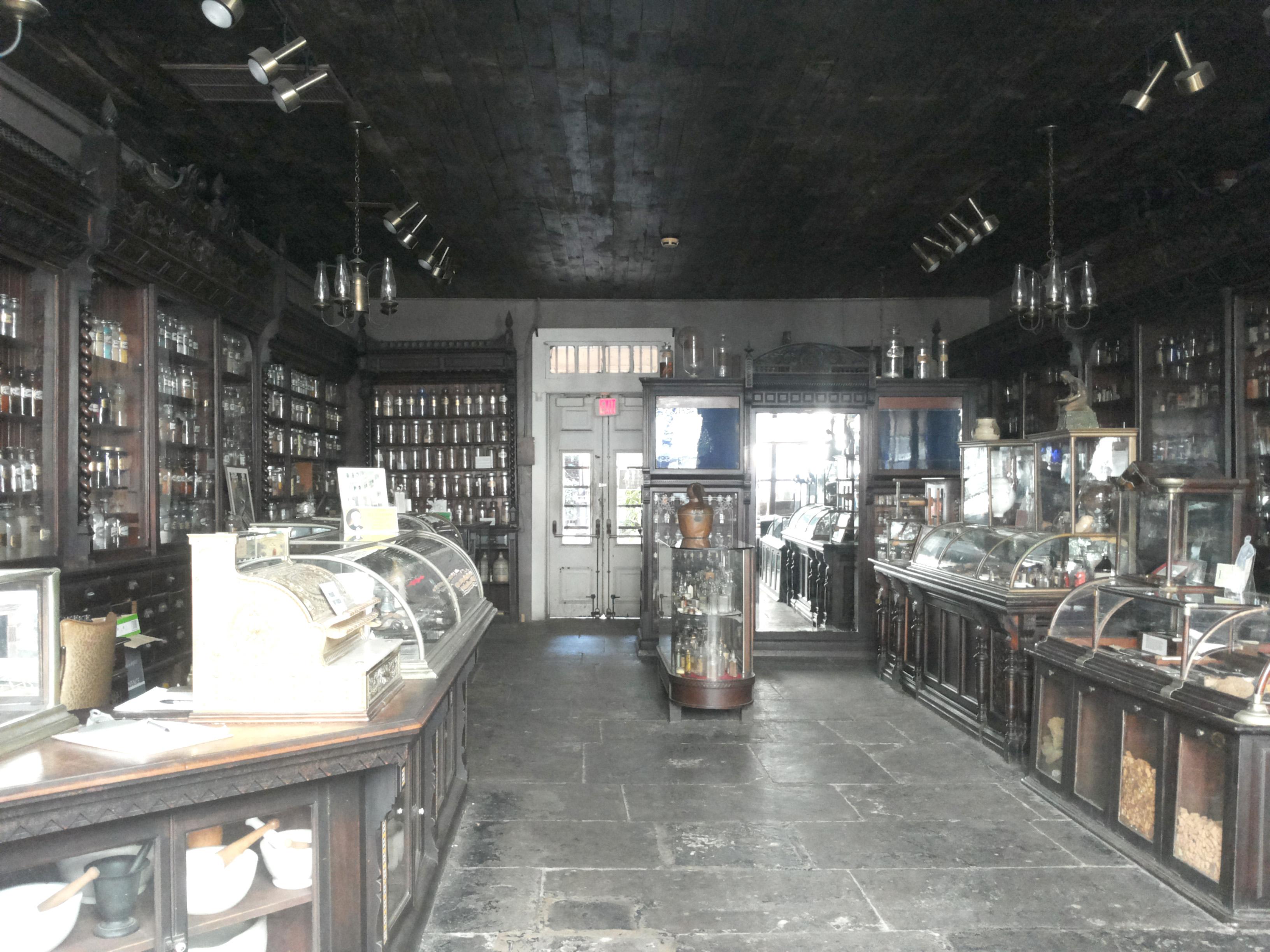 Miesto vaistinės muziejuje - eksponatai, pasakojantys farmacijos istoriją.