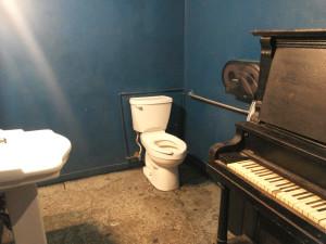 """Populiaraus muzikinio klubo """"Spotted Cat"""" tualetas."""