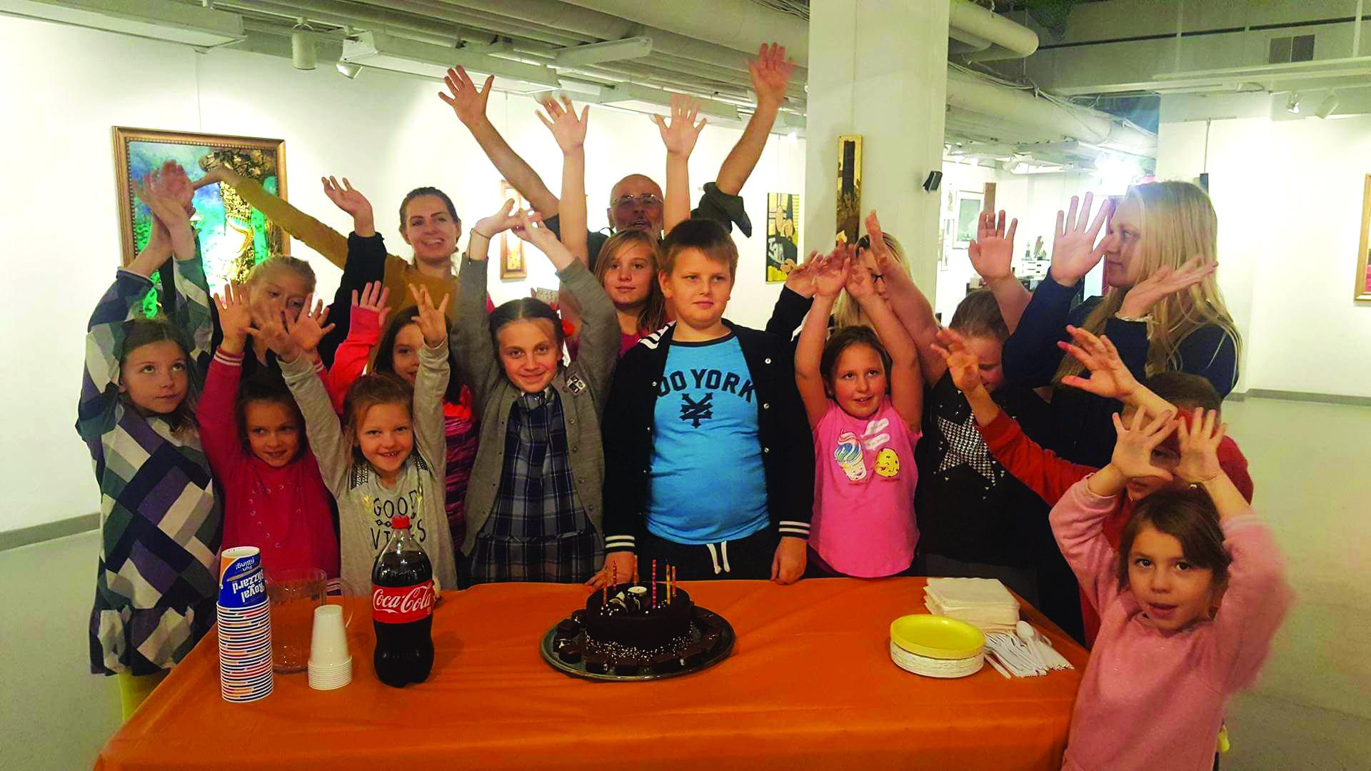 """""""Sieloje"""" vaikai švenčia savo bendramokslio Vygaudo Sruogos gimtadienį."""