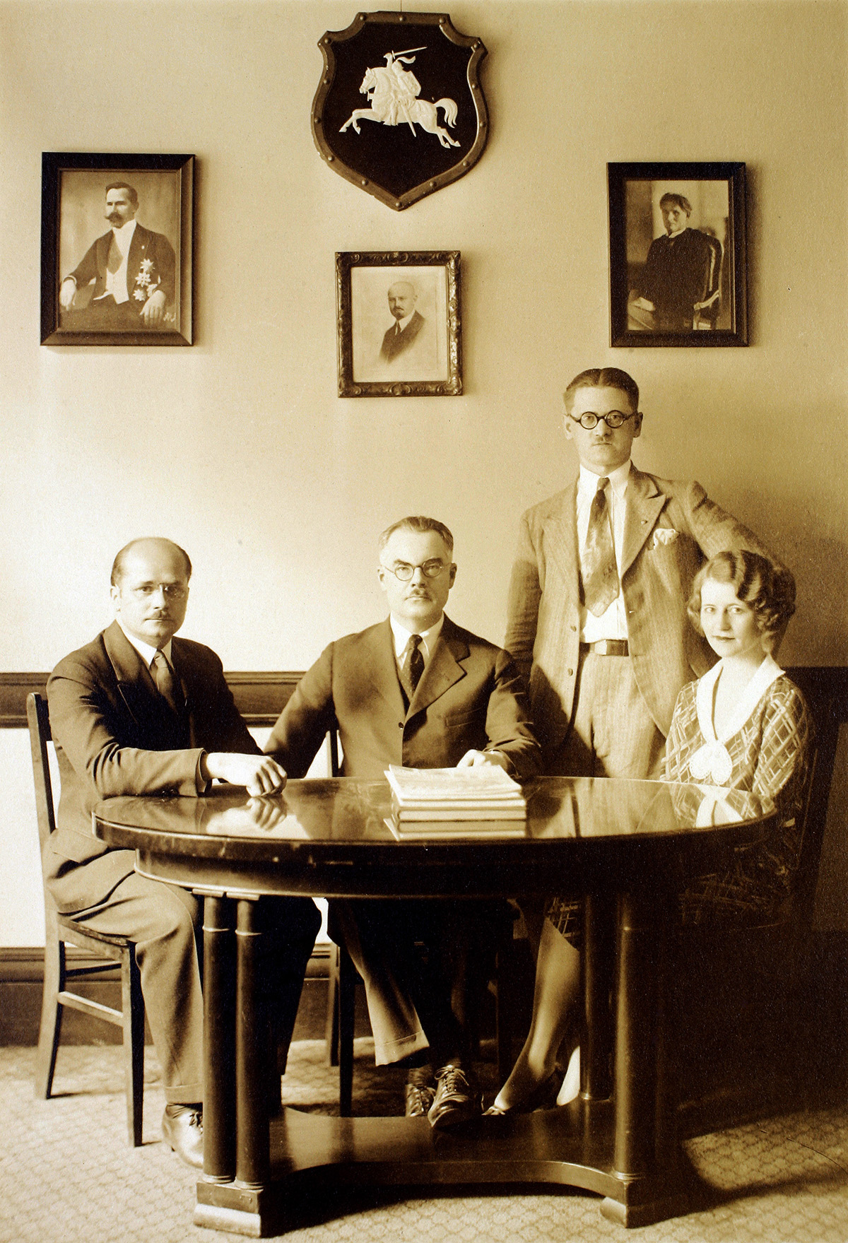 Lietuvos generalinio konsulato New Yorke darbuotojai apie 1928 metus.