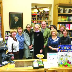 Paliulių šeima (centre) džiaugiasi ilgametėmis J.Masiulio knygyno darbuotojomis.