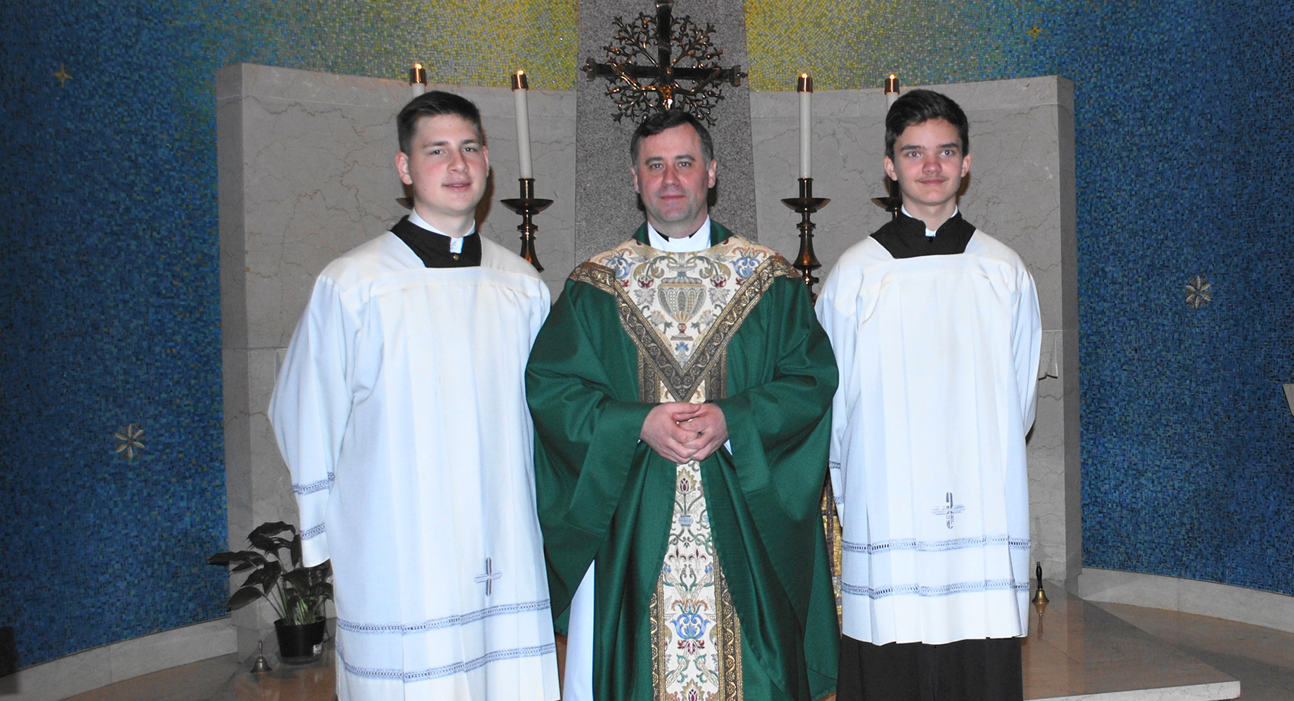 Mons. Rolandas Makrickas su Tomu Sujeta (k.) ir Vaidu Valiu.