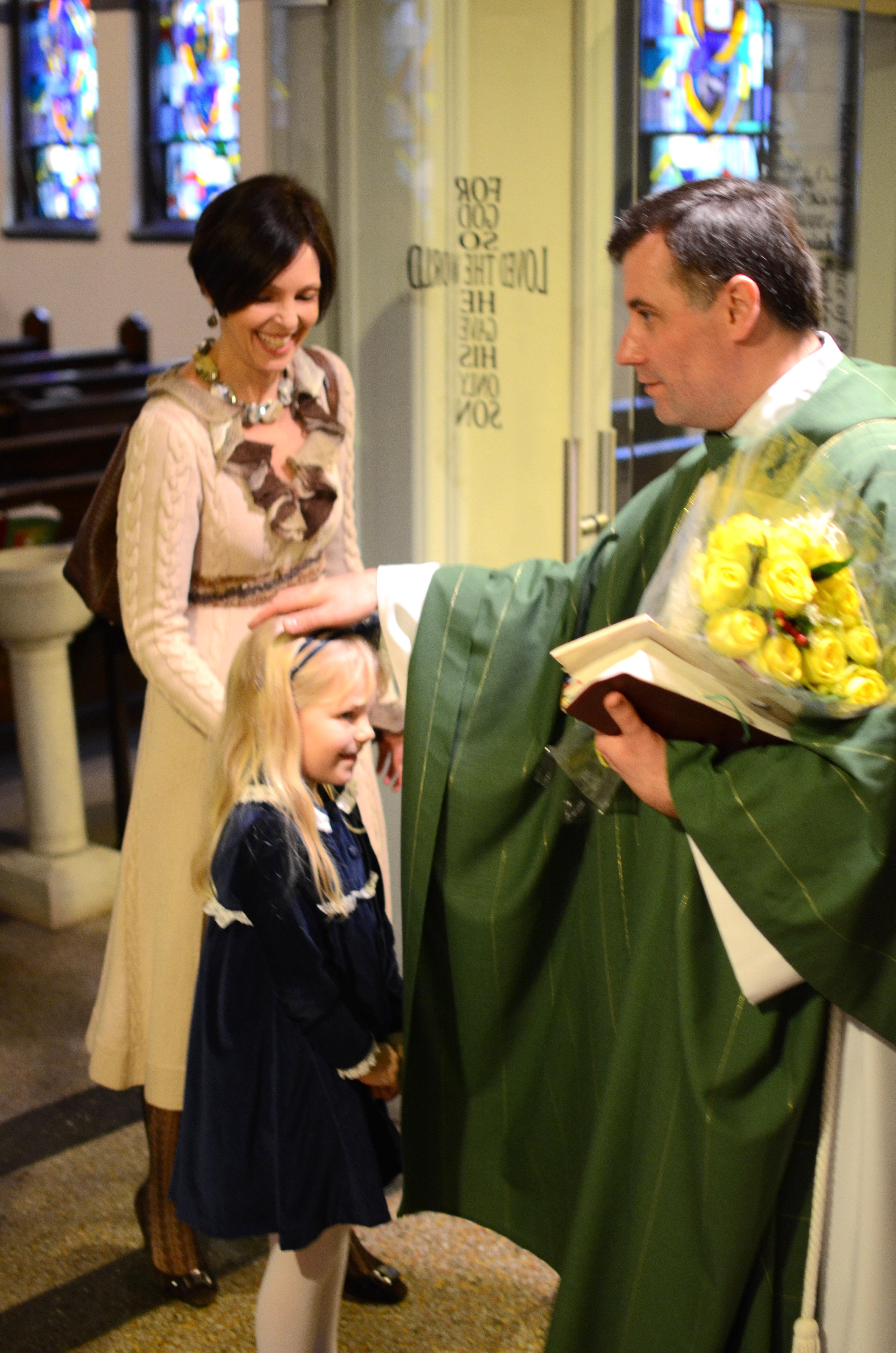 Monsinjoras Rolandas Makrickas mielai bendrauja su savo parapijiečiais.